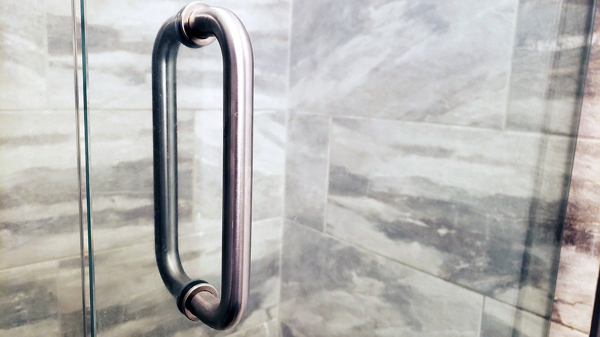 how to clean glas shower doors